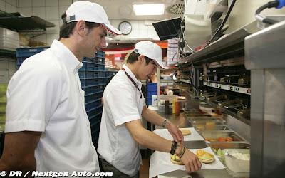 Камуи Кобаяши и Педро де ла Роса готовитят гамбургеры