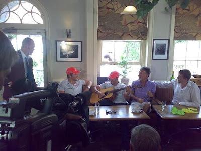 Льюис Хэмилтон играет на гитаре