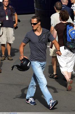 Михаэль Шумахер гуляет на Гран-при Великобритании 2010