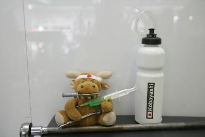 бутылка с питьевой жидкостью Камуи Кобаяши на Гран-при Венгрии 2010