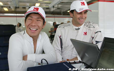 Камуи Кобаяши и Педро де ла Роса в боксах Sauber на Гран-при Венгрии 2010