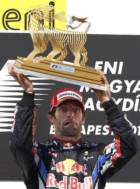 Марк Уэббер с трофеем победителя на подиуме Гран-при Венгрии 2010