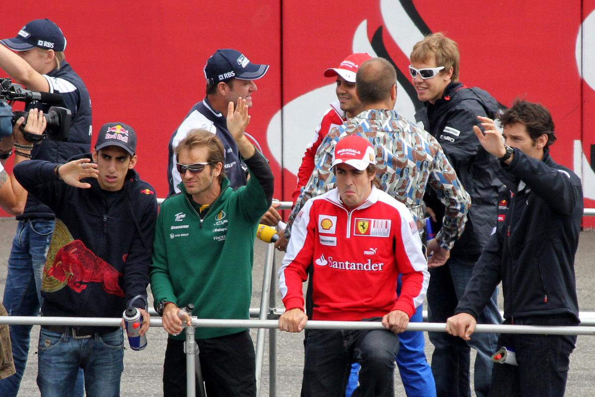 гонщики приветствуют болельщиков на Гран-при Германии 2010