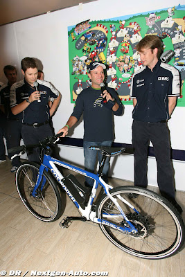 Cosworth дарит Рубенсу Баррикелло велосипед