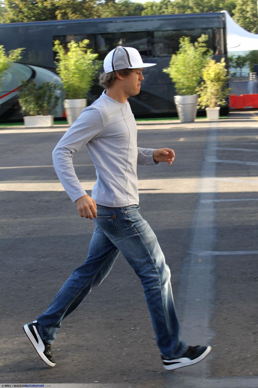 Себастьян Феттель куда-то бежит на Гран-при Италии 2010