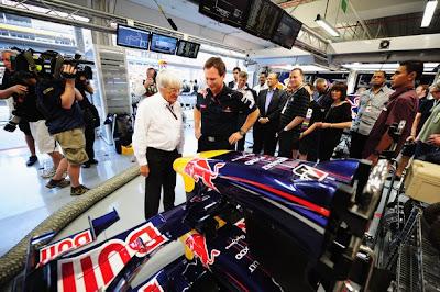 Берни Экклстоун и Кристиан Хорнер осматривают Red Bull