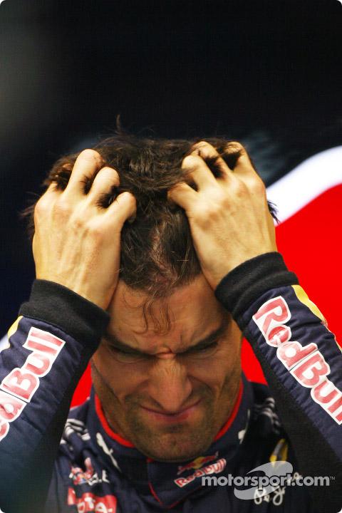 Марк Уэббер держится за голову после квалификации Гран-при Сингапура 2010