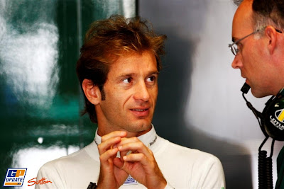 Ярно Трулли что-то объясняет на Гран-при Италии 2010
