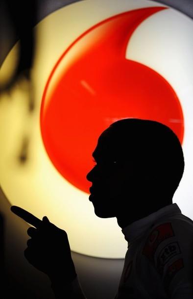 Льюис Хэмилтон на фоне логотипа Vodafone на Гран-при Италии 2010