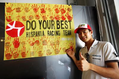 Сакон Ямамото и плакат от болельщиков на Гран-при Японии 2010