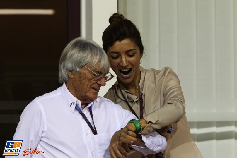 Берни Экклстоун смотрит часы на Гран-при Сингапура 2010