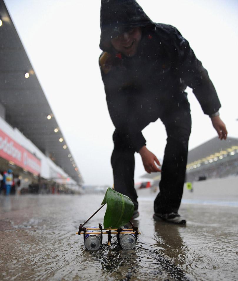 механик Red Bull запускает кораблик с парусом из листа на Гран-при Японии 2010