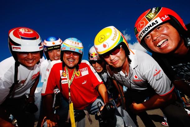 болельщики в шлемах пилотов на Сузуке