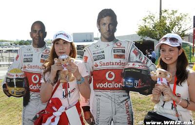 болельщицы с гонщиками McLaren