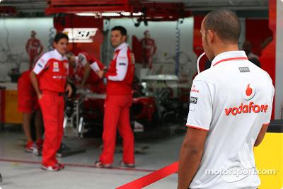 Льюис Хэмилтон шпионит за Ferrari на Гран-при Кореи 2010