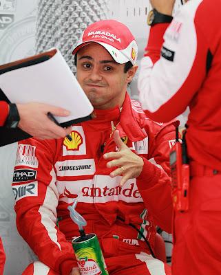Фелипе Масса общается с инженерами на Гран-при Кореи 2010
