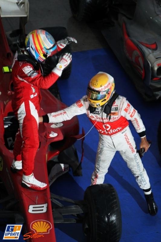 Льюис Хэмилтон поздравляет Фернандо Алонсо с победой на Гран-при Кореи 2010