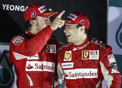 Фернандо Алонсо и Фелипе Масса на подиуме Гран-при Кореи 2010 радуются отличному результату
