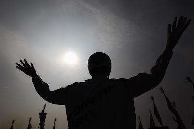 корейское пугало на фоне солнца