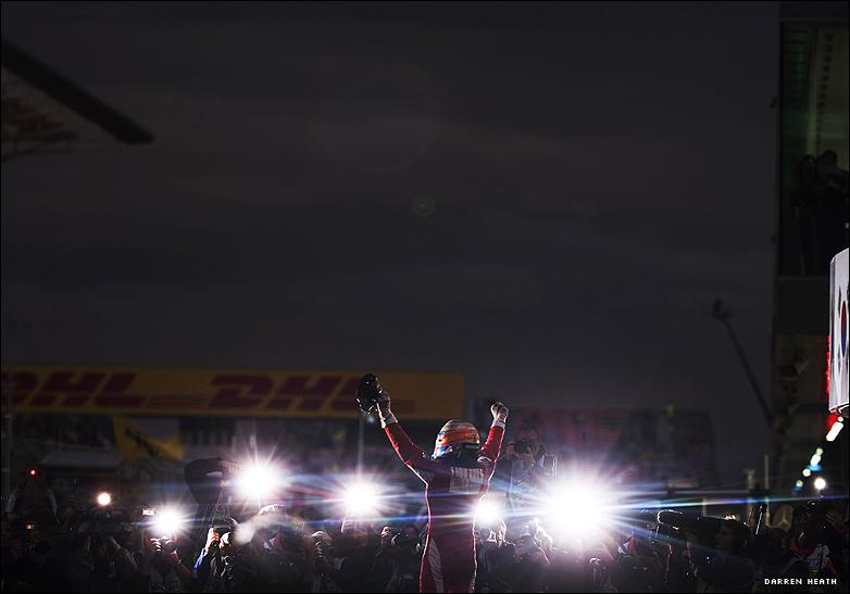 Фернандо Алонсо на фоне вспышек фотокамер после победы на Гран-при Кореи 2010