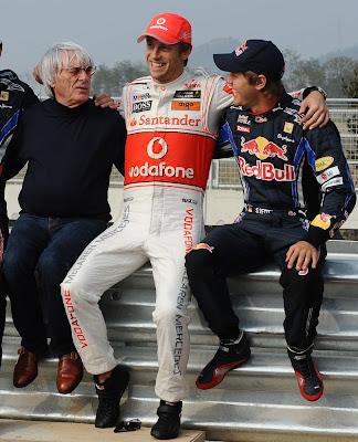 Дженсон Баттон в обнимку с Берни Экклстоуном и Себастьяном Феттелем на Гран-при Кореи 2010