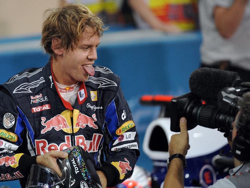 Себастьян Феттель показывает язык после победы на квалификации Гран-при Абу-Даби 2010