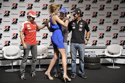 бразильская модель Джанни Альбертони с Фелипе Массой Бруно Сенной и Лукасом ди Грасси на Гран-при Бразилии 2010