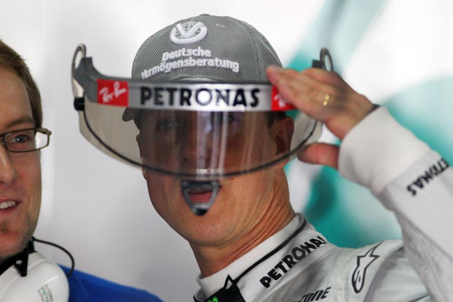 Михаэль Шумахер смотрит через визор шлема на Гран-при Бразилии 2010