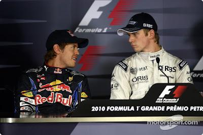 Себастьян Феттель и Нико Хюлькенберг на пресс-конференции после квалификации Гран-при Бразилии 2010 смотрят друг на друга