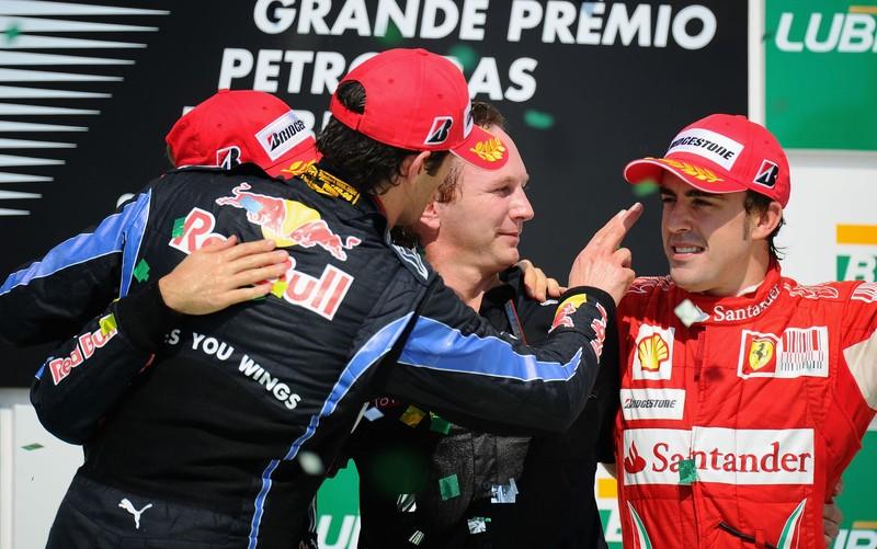 Марк Уэббер показывает Фернандо Алонсо на Гран-при Бразилии 2010