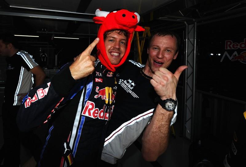 Себастьян Феттель в шапке Red Bull на Гран-при Бразилии 2010