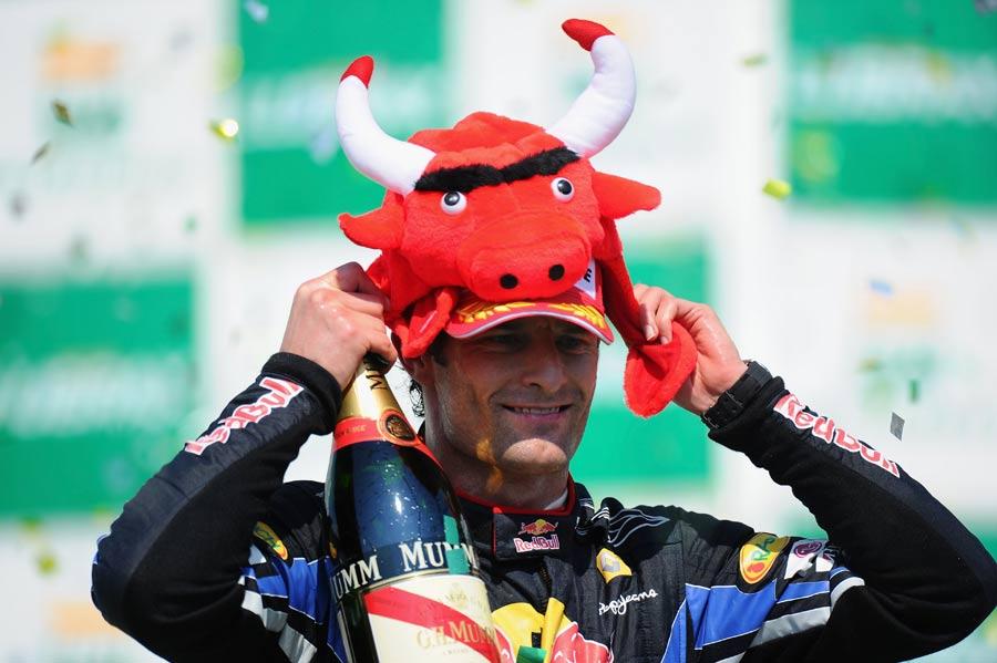 Марк Уэббер в шапке Red Bull на Гран-при Бразилии 2010