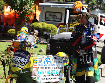 болельщик Рубенса Баррикелло с фан-байком на Гран-при Бразилии 2010