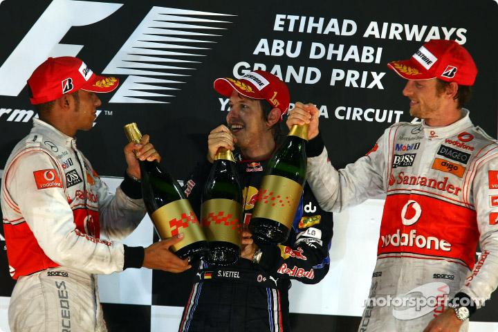 подиум Гран-при Абу-Даби 2010 пилоты чокаются шампанским