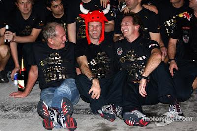 Хельмут Марко Кристиан Хорнер и Эдриан Ньюи празднуют победу на Гран-при Абу-Даби 2010 и в чемпионате