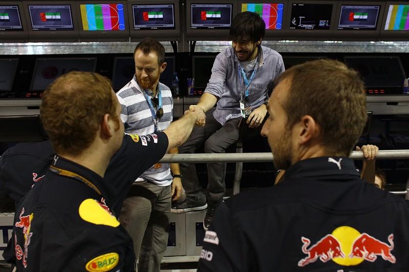 Дэвид Фаррелл и Майк Шинода здороваются с механками Red Bull на Гран-при Абу-Даби 2010