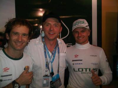 гонщики Lotus Ярно Трулли и Хейкки Ковалайнен вместе с Саймоном Пеггом на Гран-при Абу-Даби 2010