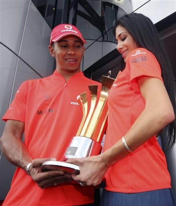 Льюис Хэмилтон и Николь Шерзингер с победным кубком Гран-при Турции 2010