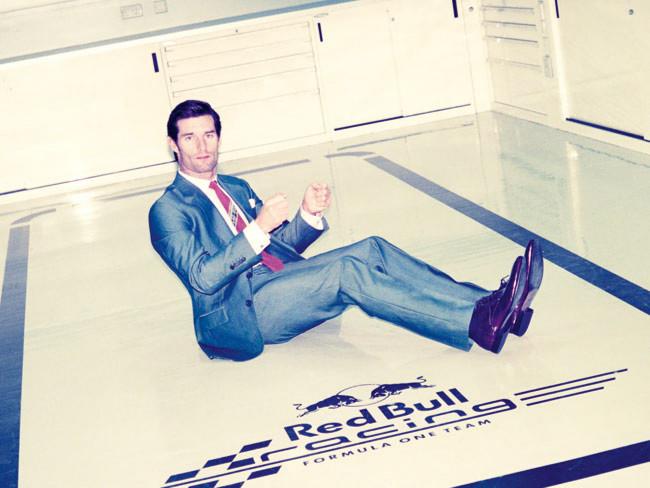 Марк Уэббер в костюме на полу