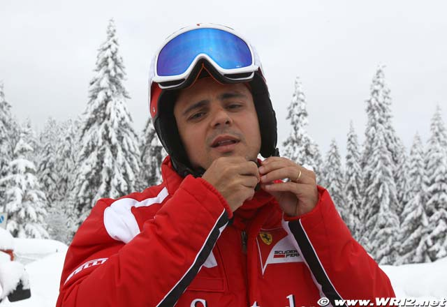 Фелипе Масса застегивает шлем на Wrooom 2011