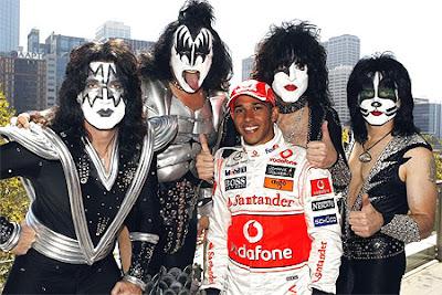 Льюис Хэмилтон с участниками группы KISS на Гран-при Австралии 2008