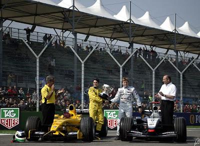 Кими Райкконен передает приз Джанкарло Физикелле на Гран-при Сан-Марино 2003