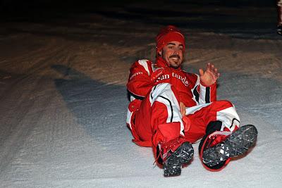 Фернандо Алонсо лежит на снегу на Wrooom 2011