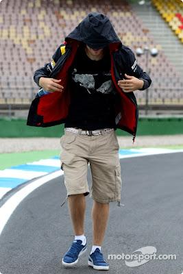 Себастьян Феттель в капюшоне гуляет на трассе в Хоккенхайме на Гран-при Германии 2010