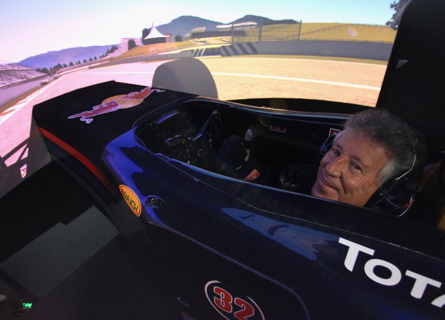 Марио Андретти за симулятором Red Bull