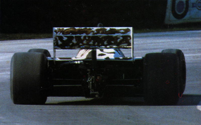 Нельсон Пике на Brabham BT54 на трассе в Брэндс-Хэтч вид сзади