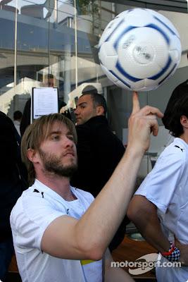 Ник Хайдфельд крутит футбольный мяч на пальце
