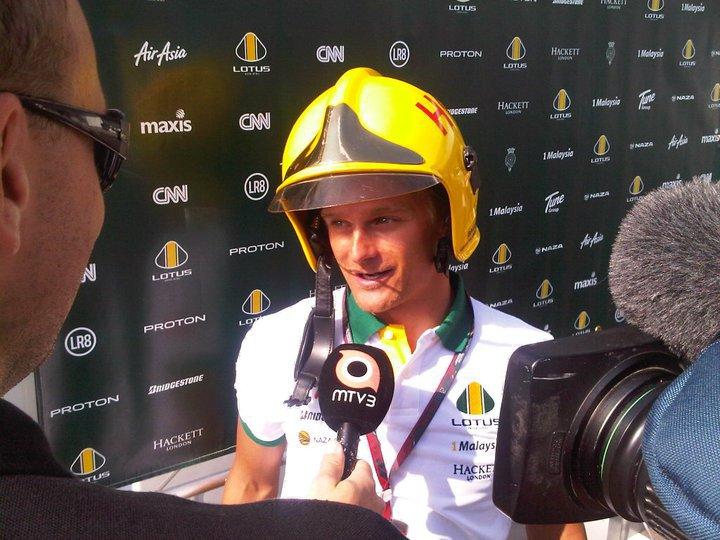 Хейкки Ковалайнен в шлеме пожирника дает интервью на Гран-при Японии 2010
