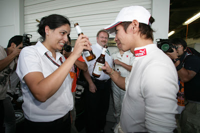 Мониша Кальтенборн и Камуи Кобаяши пьют японское пиво на Гран-при Японии 2010