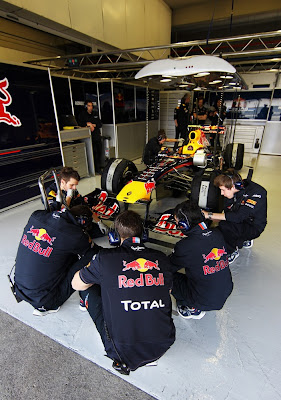 механики Red Bull в кружке на корточках на тестах в Хересе 2011